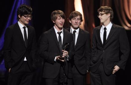 3789774711-mike-donehey-second-lead-singer-tenth-avenue-north-accepts-award